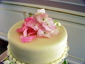 Floral decoration for the wedding cake